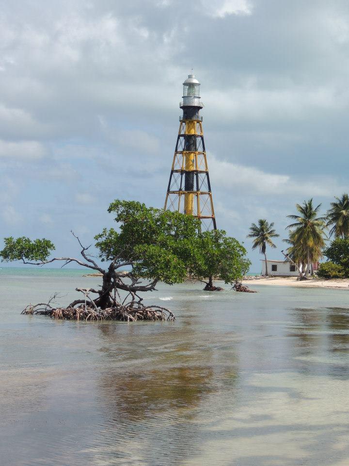 Het afgelegen strandje met de metalen vuurtoren uit 1902 dat te vinden is op het schiereiland Cayo Jutías.