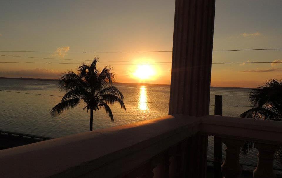 Op de hoek van calle 35 en Avenue 20, aan het water, vind je Hostal Bahia. Vraag naar een van de 2 kamers aan de voorkant, zodat je bij zonsondergang kan genieten van dit uitzicht.