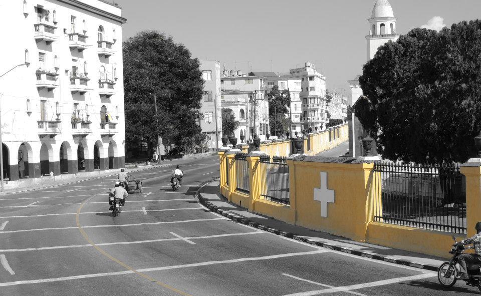 Necrópolis de Cólon (Cementerio de Cristóbal Colón): Een enorme begraafplaats met meer dan 500 mausoleums, kappelletjes en familiegraven en bijna een miljoen graven, omgeven door een oneindige gele muur.