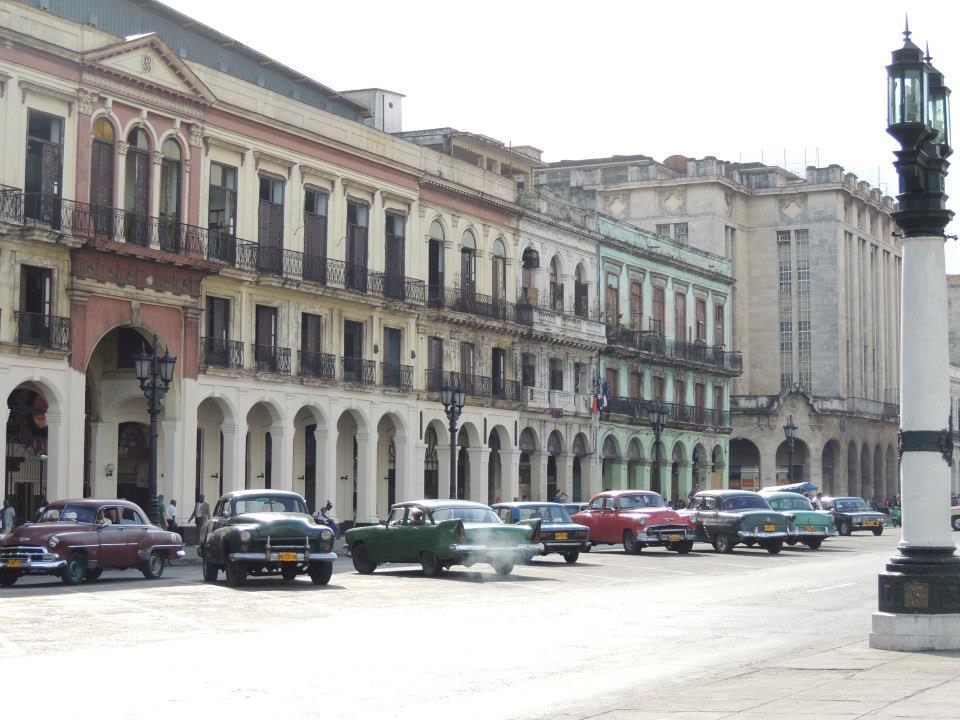 De mooie Amerikaanse oldtimers die geparkeerd staan voor het Capitolio Nacional in Havana.