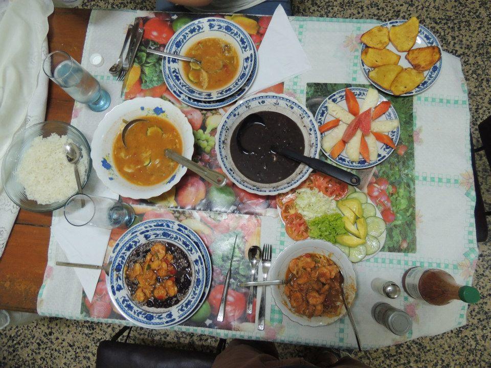 Het heerlijke avondeten in onze casa particular in Viñales. De eerste keer congrís (het bord met dat zwarte papje), heerlijk!