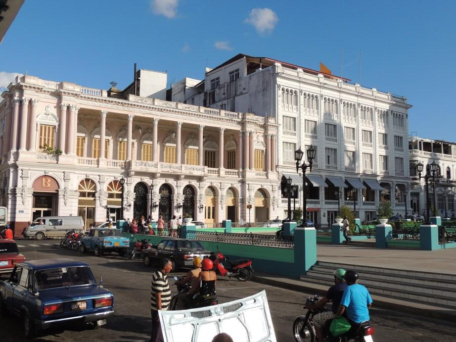 Het mooie terras van Hotel Casa Grande (rechts).